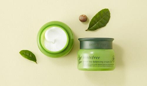 Kết cấu kem mềm mịn thẩm thấu nhanh nên kem innisfree green tea balancing cream đem lại hiệu quả nhanh chóng