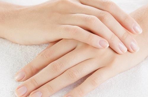 Sở hữu bàn tay trắng hồng mềm mịn với kem dưỡng da tay Q10.