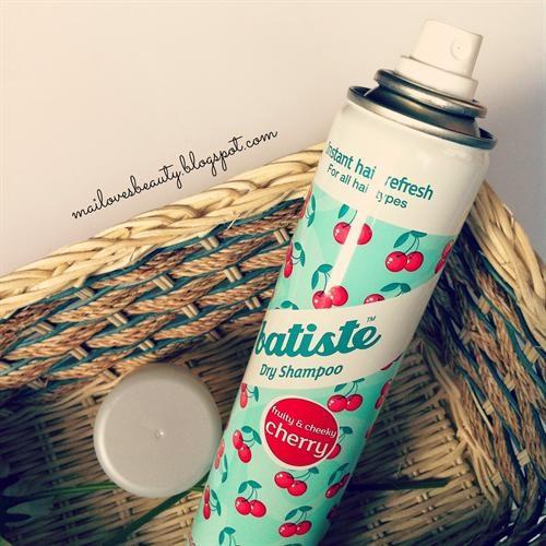 Dầu gội đầu khô Batiste Dry Shampoo sẽ hút sạch mọi bụi bẩn và dầu thừa trên tóc