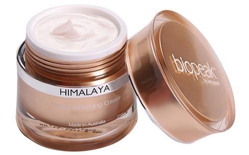 Sử dụng kem dưỡng da Himalaya mỗi tối sẽ nhanh chóng mang lại làn da trắng hồng và mịn màng tự nhiên