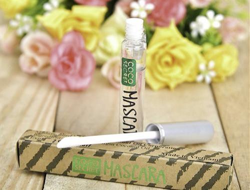 Sử dụng Mascara dầu dừa dưỡng mi mỗi tối trước khi đi ngủ, sáng dậy rửa mặt như bình thường
