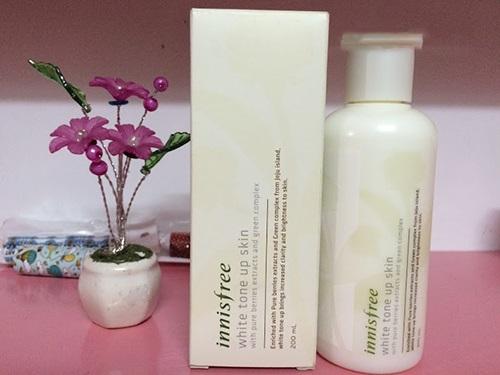 Nước hoa hồng Innisfree có kết cấu dạng sữa dễ dàng thẩm thấu qua da