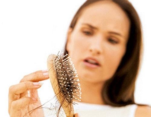 Tóc rụng nhiều có thể gây hói đầu vĩnh viễn.
